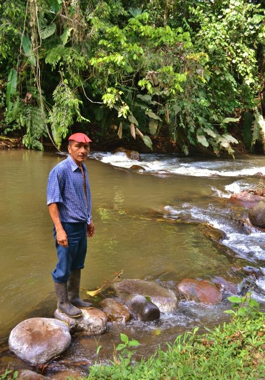 Tsachila Alfonso en el rio